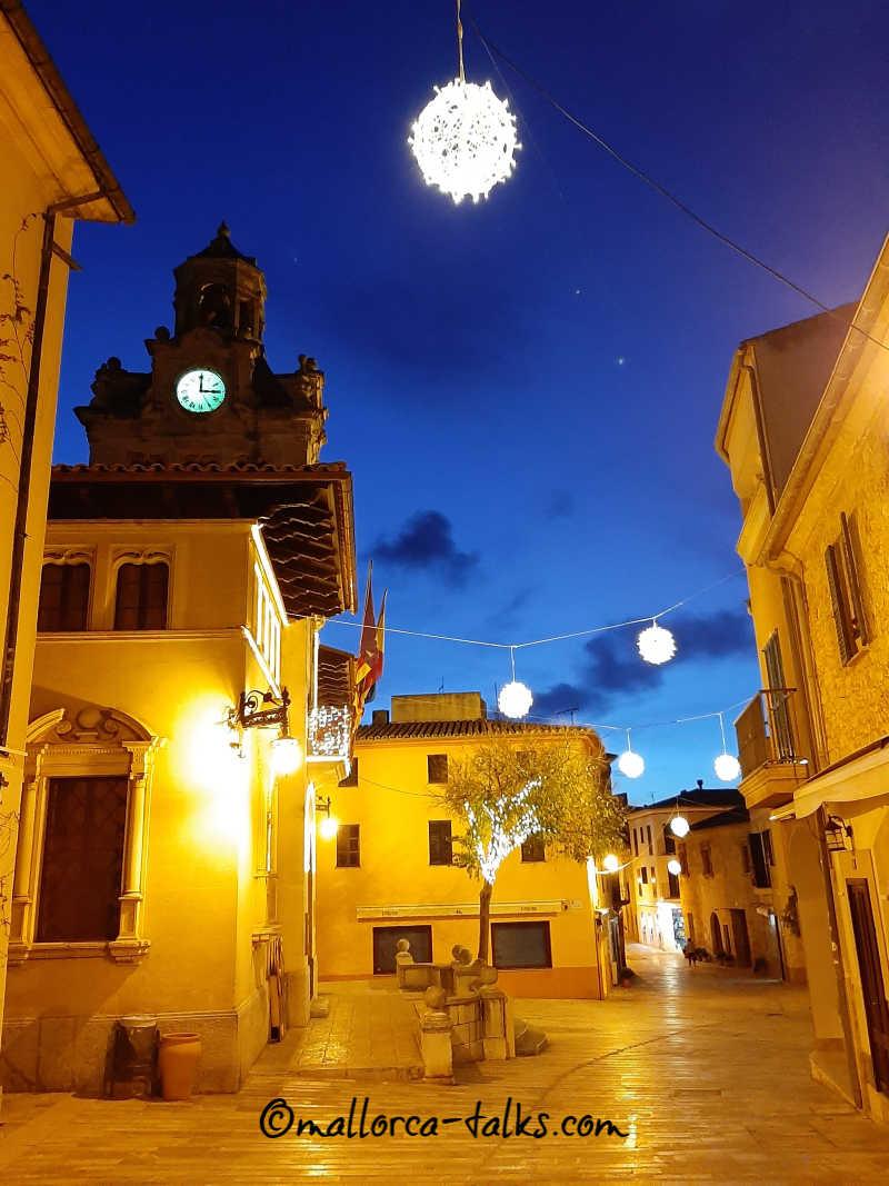 Die Altstadt von Alcudia ist bei Nacht besonders stimmungsvoll
