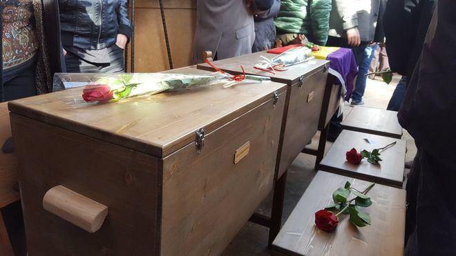 Acto de entrega de los restos a los familiares