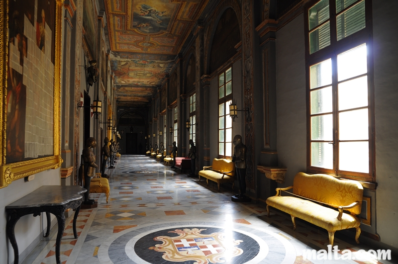 https://i2.wp.com/www.malta.com/media/en/attraction/culture/palazzo/the-grandmaster-s-palace-the-state-rooms/corridor-with-armours-in-in-the-grandmaster-palace-in-valletta.jpg