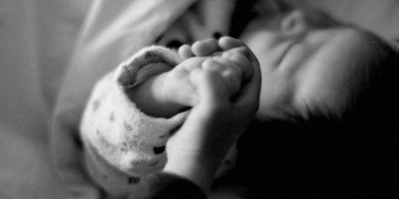 赤ちゃんの手 素材写真by足成
