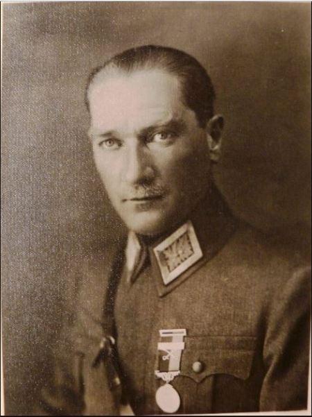 Sadeddin Kaynak'ın fotoğrafına montajla eklenen Atatürk'ün portresi