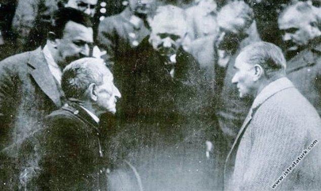 Atatürk'ü Yaşlı Bir Vatandaşı Dinlerken Gösteren 1930 Yılındaki Tokat Ziyaretinden Bir Fotoğraf