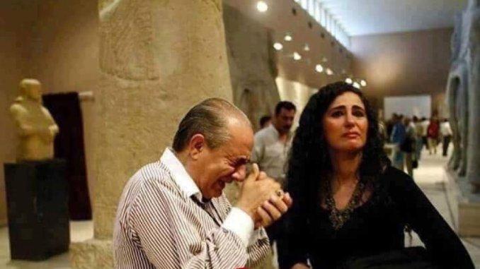"""Iraklı tarihi eserler uzmanının Berlin'de bir müzeyi gezerken gözyaşlarına boğulduğu ve """"çaldılar seni ey Irak"""" şeklinde bağırdığı ana ait olduğu iddiasıyla paylaşılan, ancak 2003'te Bağdat'ta çekilen fotoğraf"""