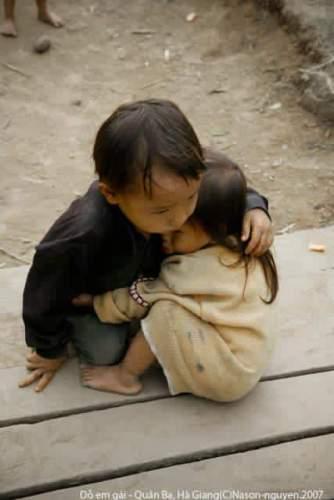 Doğu Türkistan'da birbirine sarılan Uygur çocuklar