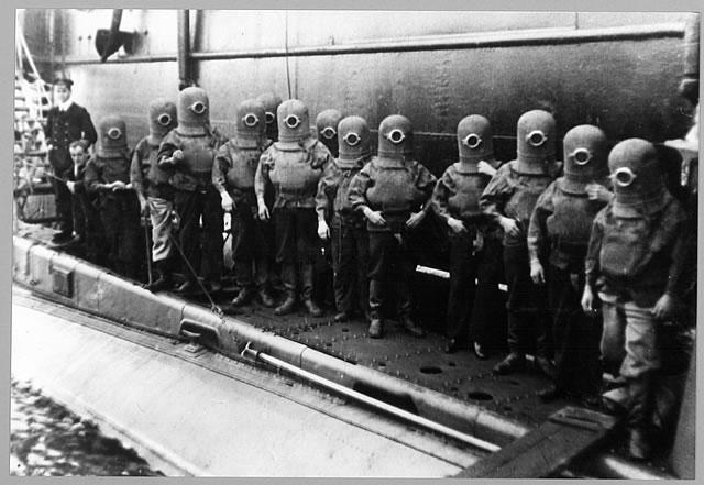 Nazilerin gaz odası deneylerinde kullandığı Yahudi çocuklarına ait sanılan fotoğraf aslında denizaltından kaçış kostümü giyen görevlileri göstermekte olup, 1908 yılında çekilmiştir.