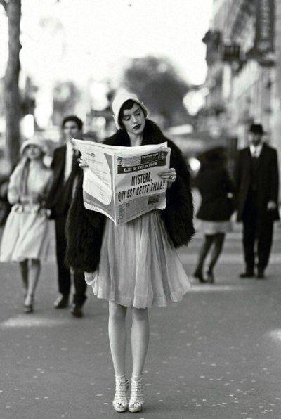 Paris sokaklarında 1920'li yıllarda poz veren bir modele ait olduğu sanılan fotoğraf