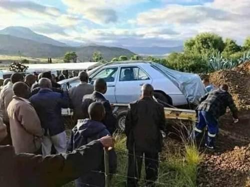 arabasıyla mezara gömülen kişi