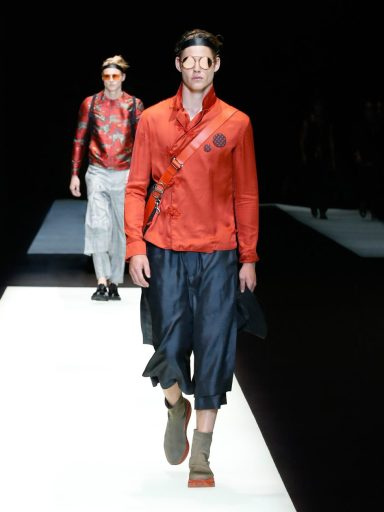"""Moda: """"Made in Armani"""" e Giappone, lo stile di Re Giorgio. Un modello con i pantaloni giapponesi"""