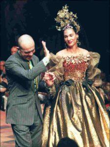 Mame Moda Buon compleanno, monsieur Christian Lacroix. Abito teatrale