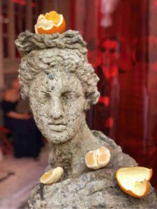 Mame Moda Maison Margiela, l'arte protagonista in passerella. Statua Matelli