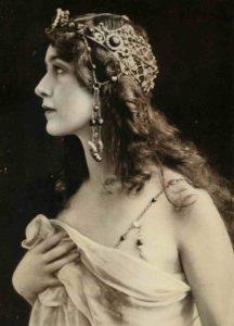 Mame Moda Lina Cavalieri, la donna dai mille volti. Cuffia capelli