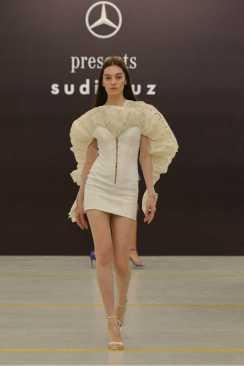 Sudi Etuz grande debutto alla MBFW Tbilisi. Abito corsetto