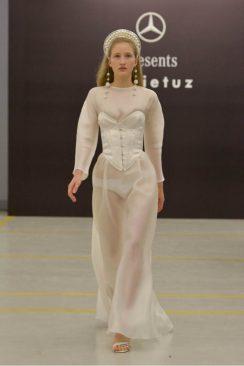 Sudi Etuz grande debutto alla MBFW Tbilisi. Abito con corsetto