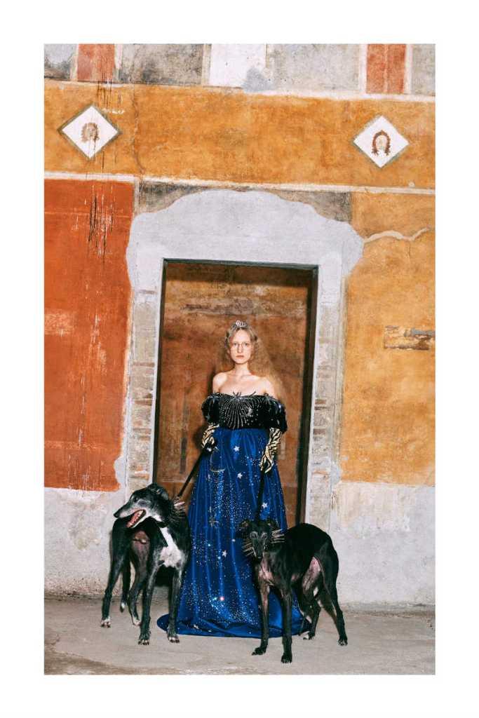 Mame moda Gucci a Pompei con la pre-fall-2019. Abito blu