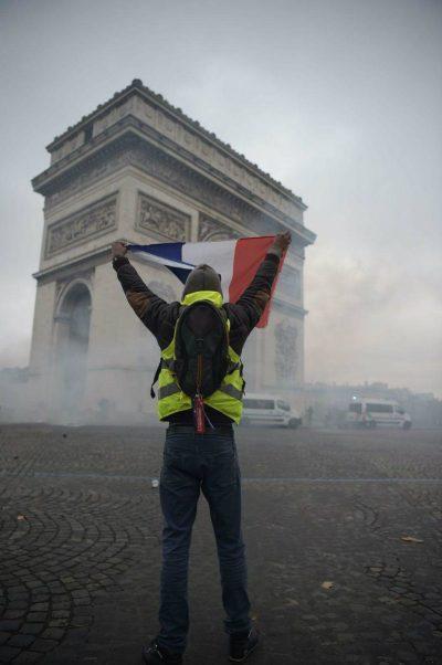 Gilet Gialli - trema la moda parigina. Immagine simbolo dei gilet gialli