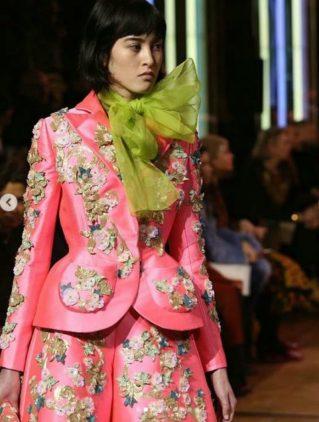 Schiaparelli haute Couture fiorisce di meraviglia. Completo rosa shocking