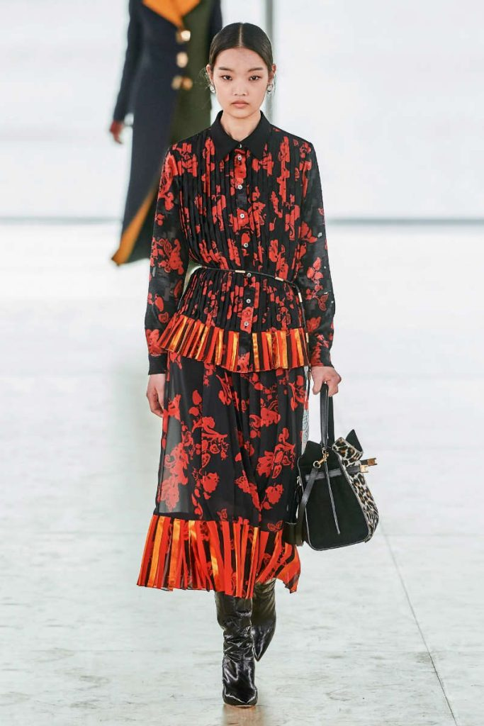 Tory Burch fall 2019 e il Black Montain College. Abito balze e plissettato