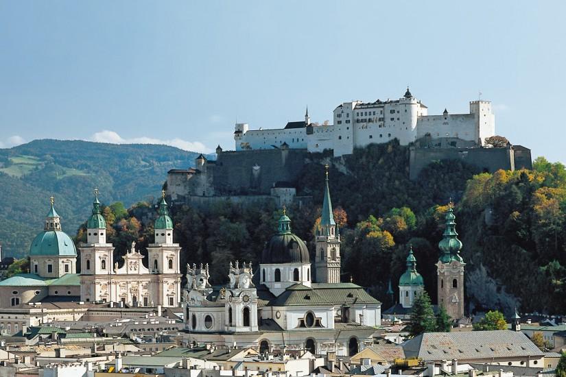 Die Stadt Salzburg in Österreich liegt an der Salzach mitten im Salzburger Becken.
