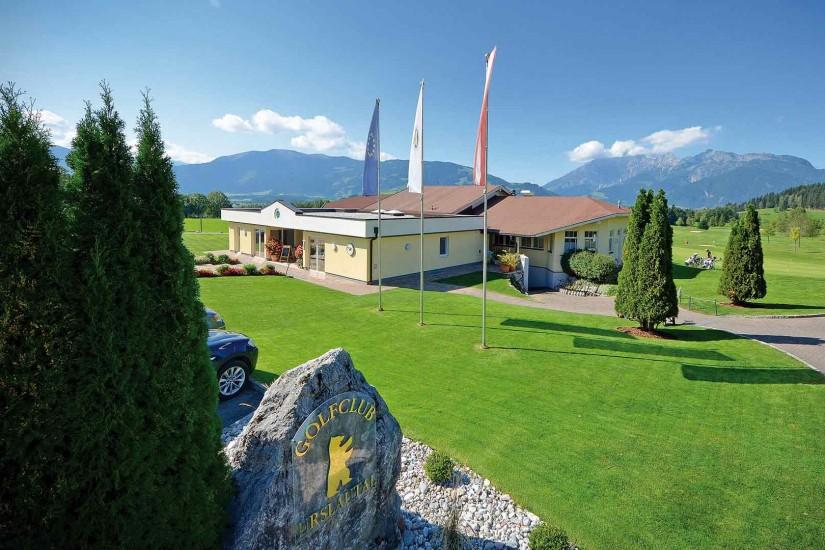 Der Golfplatz Urslautal, auf einem Hochplateau zwischen Saalfelden und Maria Alm gelegen, fügt sich harmonisch und perfekt in die vorgegebene Landschaft ein.