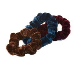 MamaBella AH0003 Mini Set 2 Velvet Scrunchies is een set fluwelen scrunchies in het bruin, blauw en aubergine voor kinderen