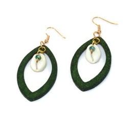 MamaBella OD0008 Glitter Green Shell oorbel is een goudkleurige oorbel met franse oorhaak afgewerkt met een fijne groene houten ovaal in glitter en een schelp met groen pareltje als detail