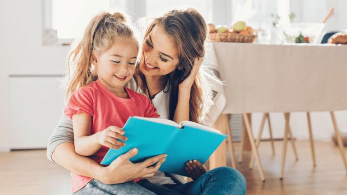 Leitura Em Casa - Mae Lendo Com A Menina