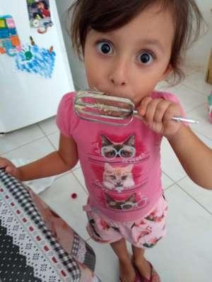 crianças na cozinha - direito autoral menina blogmamaeecia