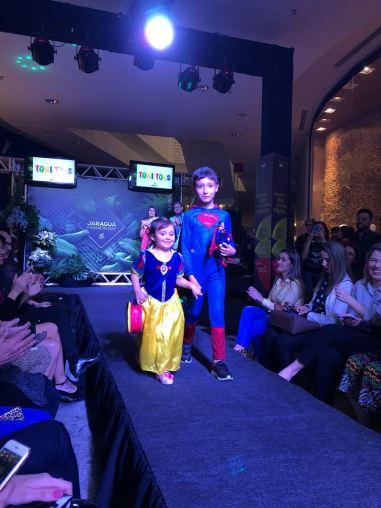 Desfile Cauê e Catarina pela loja Toni Toys no Jaraguá Fashion Day