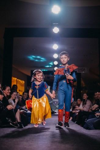 Catarina e Cauê desfilando pela Toni Toys Brinquedos