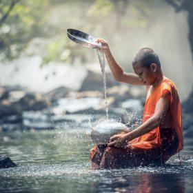 dia mundial da água - menino jogando agua em suas pernas