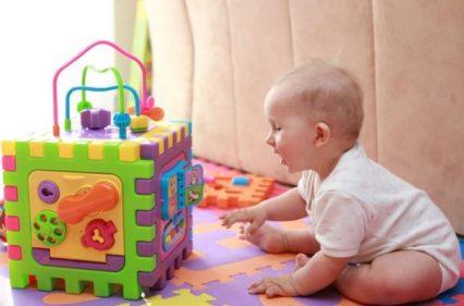 saltos de desenvolvimento - bebe descobrindo o brinquedo