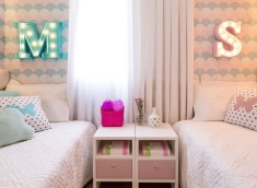 quarto-infantil-cama-cortina-criado-mudo-papel-de-parede-quarto-de-gemeas