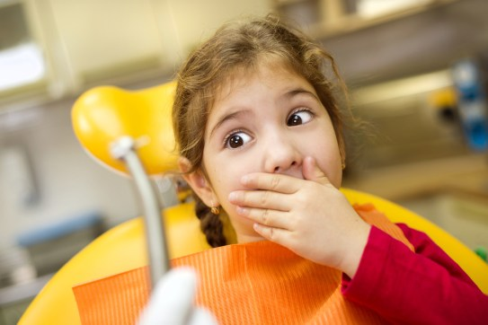 menina nao quer mostrar a boca para o dentista