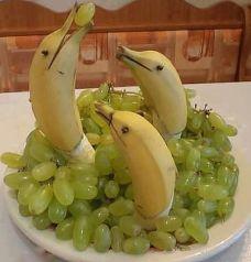 Golfinhos de bananas com uvas