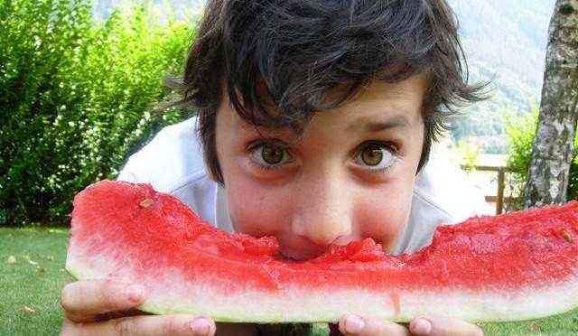 riança comendo melancia