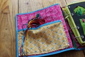 Quiet Book mamá extraterrestre portada tapas libro actividades tela texturas bebé toddler bolsillo interior cintas