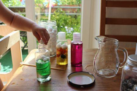 juegos de luz sol mama extraterrestre arcoiris destellos botellas sensoriales calma DIY