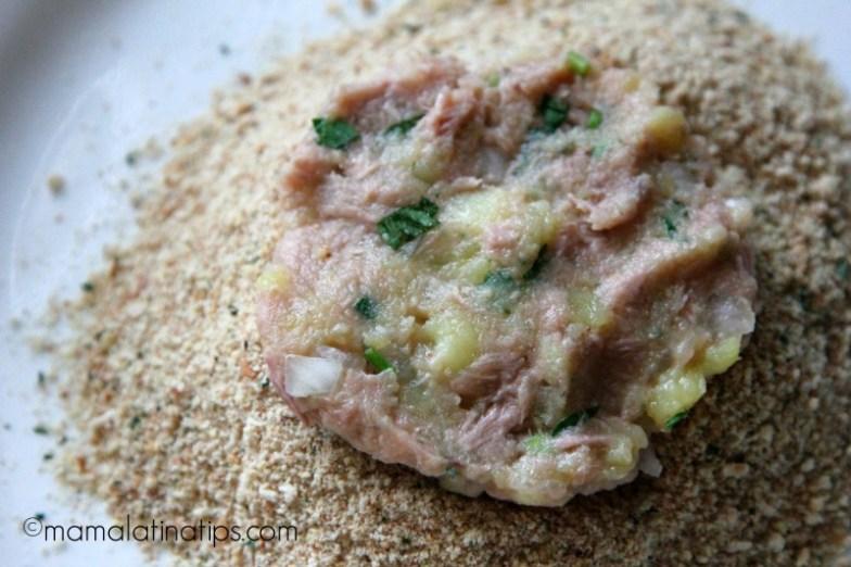 Tortita de atún sobre pan molido