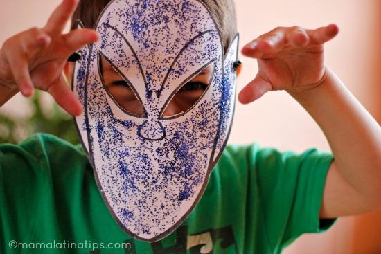 Niño con una máscara de papel en su rostro