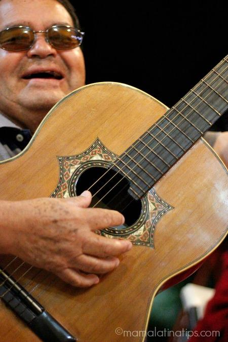 papá cantando - mamalatinatips.com