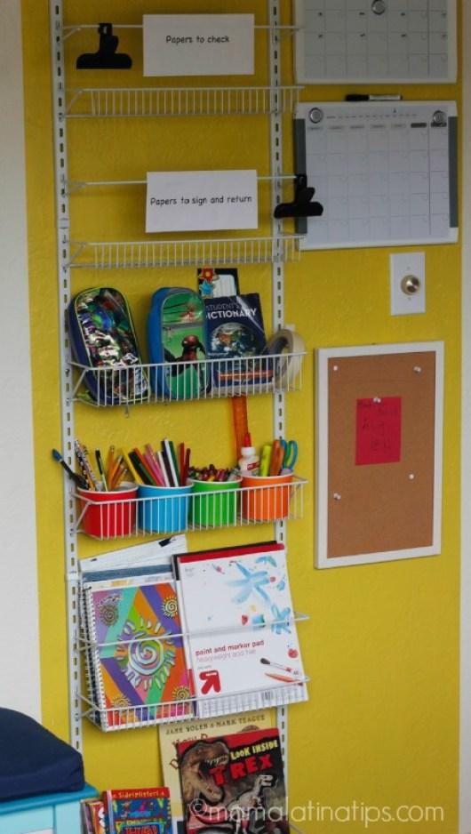 Centro de organización escolar con libretas, lápices, crayones y otros útiles escolares