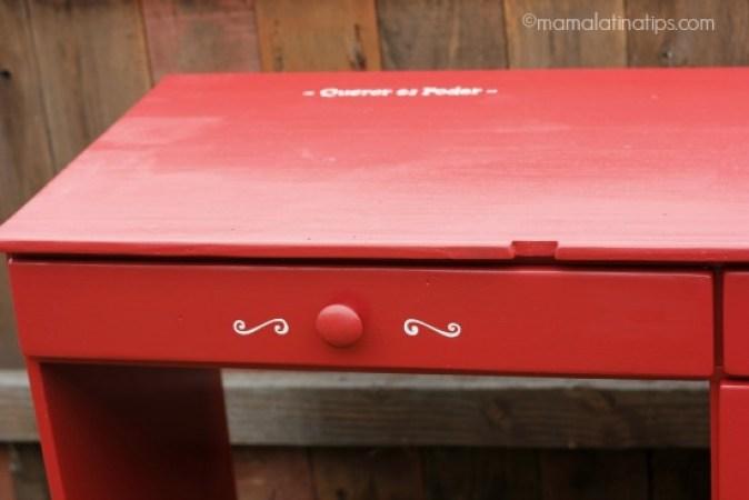 Detalle de un escritorio rojo