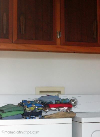 Cuarto de lavado con ropa doblada