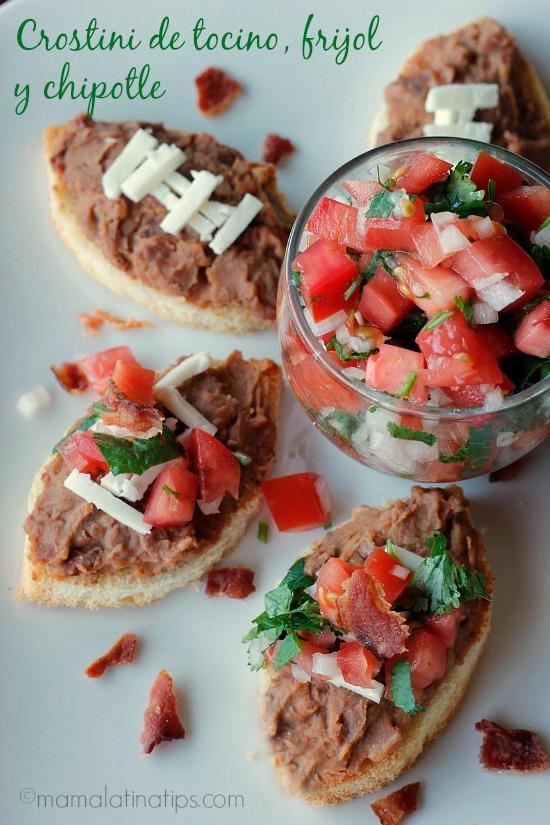 Crostini de Tocino, Frijol y Chile Chipotle - mamalatinatips.com