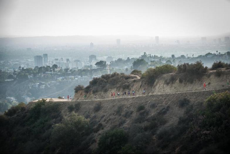 Escena de la película McFarland USA, un grupo de corredores en la montaña.