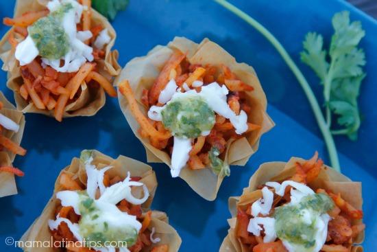 Bocadillos crujientes de papas con chorizo y salsa verde - mamalatinatips.com