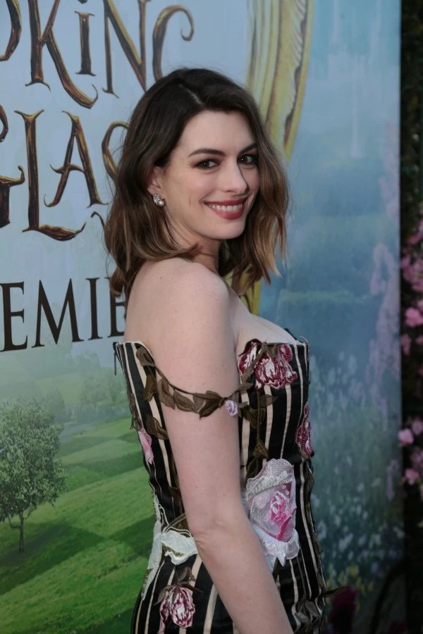 Anne Hathaway at Alice through the looking glass premiere in Hollywood - mamalatinatips.com