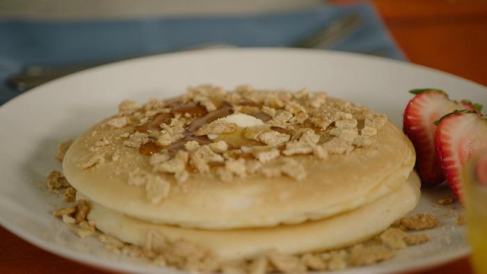 pancakes-de-churro-con-mantequilla-y-cereal
