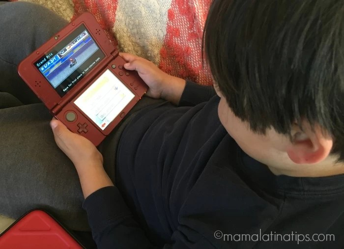 Nintendo 3ds xl y niño jugando Mario Kart 7 - mamalatinatips.com
