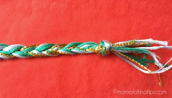 una trenza de hilos azules y dorados